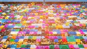 多张颜色跳蚤市场顶视图,曼谷 库存照片