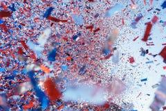多彩多姿的五彩纸屑到在假日节日期间的天空里 免版税库存图片
