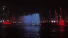 多彩多姿的五颜六色的唱歌喷泉 股票视频