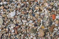 多彩多姿的五颜六色的海小卵石,自然本底,纹理 库存图片