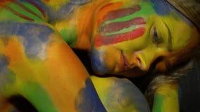 多彩多姿的人体艺术的一名哀伤的妇女坐卷曲 影视素材