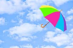 多彩多姿的伞在天空飞行反对纯净的白色云彩 库存照片
