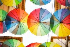 多彩多姿的伞背景 漂浮在街道上的五颜六色的伞 街道装饰 免版税库存照片