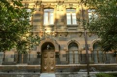 多彩多姿的凝灰岩石头老大厦与被雕刻的曲拱的 库存图片