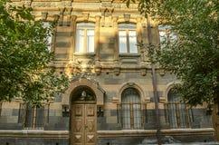 多彩多姿的凝灰岩石头老大厦门面与被雕刻的曲拱的 库存照片