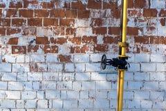 多彩多姿的削皮墙壁、黄色管子、纹理和背景 免版税库存照片