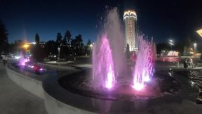 多彩多姿的喷泉在阿拉木图在晚上 影视素材