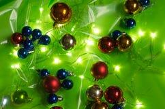 多彩多姿的圣诞灯和球 库存图片