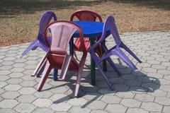 多彩多姿的塑料家具椅子和街道咖啡馆的桌 库存图片