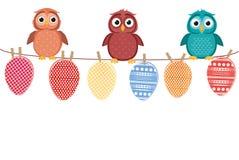 多彩多姿的复活节彩蛋由糊墙纸制成在绳索 逗人喜爱猫头鹰坐 向量 2007个看板卡招呼的新年好 库存图片