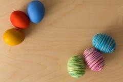 多彩多姿的复活节彩蛋的装饰品 安置文本 库存照片