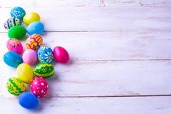 多彩多姿的复活节彩蛋行  免版税库存照片