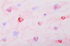 多彩多姿的心脏在白皮书的被画的柔和的淡色彩 免版税库存照片