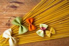 多彩多姿的意大利面团,水平的背景,意大利食物 库存照片