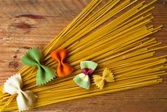 多彩多姿的意大利面团,水平的背景,意大利食物 免版税库存图片