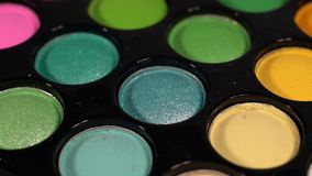 多彩多姿的明亮的发光的眼影 板台转动 免版税图库摄影