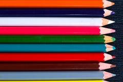 多彩多姿的木铅笔水平的五颜六色的条纹支持 库存照片