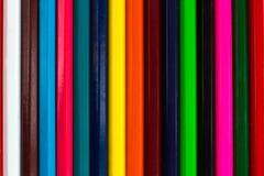 多彩多姿的木铅笔backg垂直的五颜六色的条纹  免版税库存照片