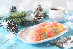 多彩多姿的果冻糖果,咖啡和新年装饰 库存照片