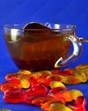 多彩多姿的橘子果酱和一个杯子红茶 库存照片