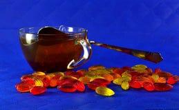 多彩多姿的橘子果酱和一个杯子红茶 免版税库存图片