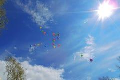 多彩多姿的气球飞行入清楚的天空 免版税图库摄影