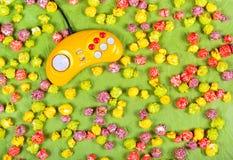 多彩多姿的焦糖玉米花和黄色控制杆 免版税图库摄影