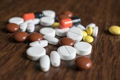 多彩多姿的片剂 维护身体好和福利的医疗产品 免版税库存图片
