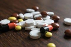 多彩多姿的片剂 维护身体好和福利的医疗产品 库存图片