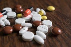 多彩多姿的片剂 维护身体好和福利的医疗产品 免版税库存照片