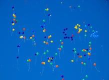多彩多姿的球,充满氦气,在蓝天飞行 图库摄影