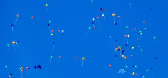 多彩多姿的球,充满氦气,在蓝天飞行 库存图片