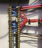 多彩多姿的电导线 架线在力量案件里面的连接 特写镜头 库存图片