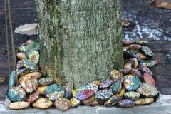 多彩多姿的石头在庭院里 免版税库存照片