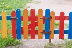 多彩多姿的篱芭小条和小门 库存图片