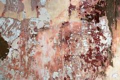 多彩多姿的老油漆的破布条一个石墙的表面上的 免版税库存照片