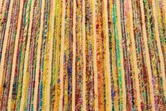 多彩多姿的背景豪华布料或难看的东西丝绸纹理缎波浪折叠  免版税库存照片