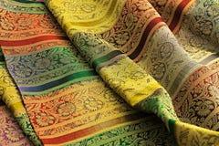 多彩多姿的背景豪华布料或难看的东西丝绸纹理缎波浪折叠  库存照片