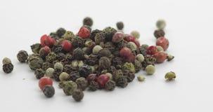 多彩多姿的胡椒自转的混合 豌豆用香料 在白色背景的宏指令 影视素材