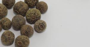 多彩多姿的胡椒自转的混合 豌豆用香料 在白色背景的宏指令 股票录像