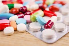 多彩多姿的胶囊和药片 免版税库存照片