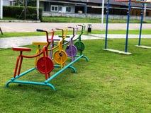 多彩多姿的自行车由钢制成 在操场设置 库存照片