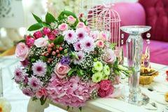 多彩多姿的花花束 多彩多姿的订婚花花束 色的玫瑰套美丽的花束有白皮书的 库存图片
