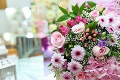 多彩多姿的花花束 多彩多姿的订婚花花束 色的玫瑰套美丽的花束有白皮书的 免版税库存照片