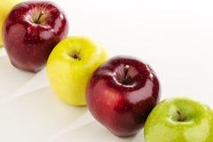 多彩多姿的苹果连续在一张白色桌上 库存照片