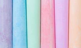多彩多姿的蜡笔,淡色 条纹,线,柔和 绿色,黄色,桃红色,紫色,蓝色 被绘的柔和的淡色彩白色黑板 库存照片