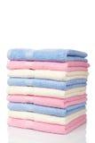 多彩多姿的被堆积的毛巾 免版税库存图片