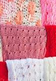 多彩多姿的被编织的围巾 免版税库存照片