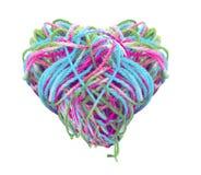 多彩多姿的被缠结的毛线心脏形状 免版税图库摄影
