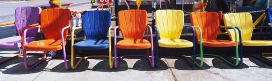 多彩多姿的金属草椅。 免版税库存照片